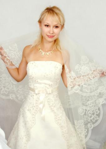 https://cf.ltkcdn.net/weddings/images/slide/106402-540x755-dress4.jpg