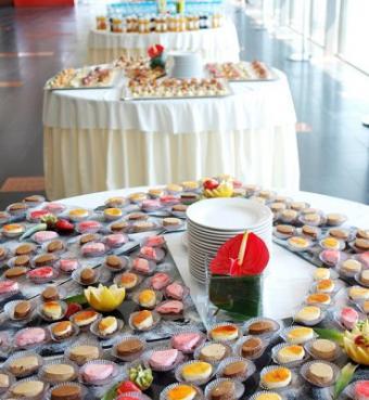 https://cf.ltkcdn.net/weddings/images/slide/106440-369x400-dessertbar7.jpg