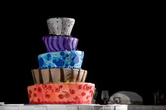 https://cf.ltkcdn.net/weddings/images/slide/106566-849x565-Festive-Topsy-Turvsy-Cake.jpg