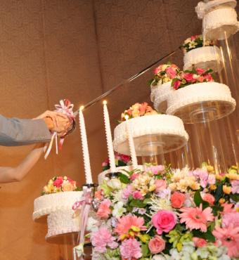 https://cf.ltkcdn.net/weddings/images/slide/106570-664x723-Amazingly-Tall-Cake-Display.jpg