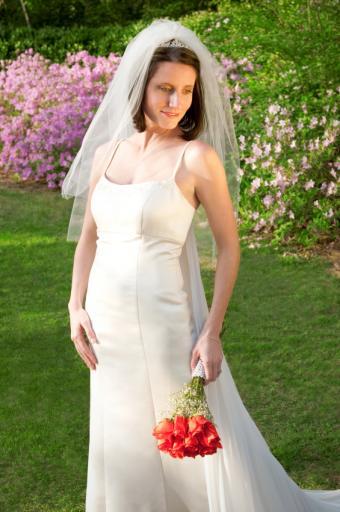 https://cf.ltkcdn.net/weddings/images/slide/106651-565x850-Simple_Spaghetti_Straps.jpg