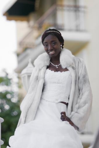 https://cf.ltkcdn.net/weddings/images/slide/106652-566x848-Fur_Coat_Bride.jpg
