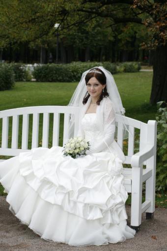 https://cf.ltkcdn.net/weddings/images/slide/106654-566x848-Shawl_and_Gloves_Dress.jpg