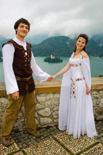 https://cf.ltkcdn.net/weddings/images/slide/106655-566x848-Theme_Wedding_Dress.jpg