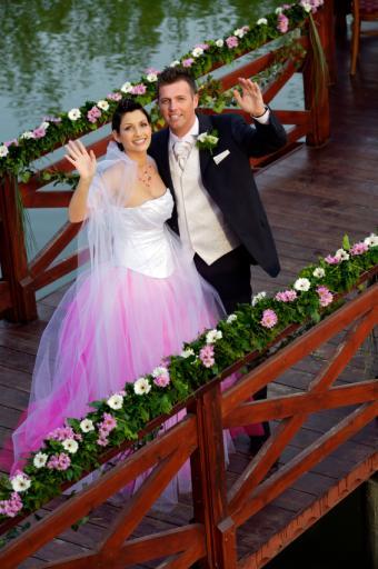 https://cf.ltkcdn.net/weddings/images/slide/106658-565x850-Color_Wedding_Dress.jpg