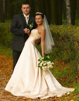 https://cf.ltkcdn.net/weddings/images/slide/106887-313x400-falldress5.jpg