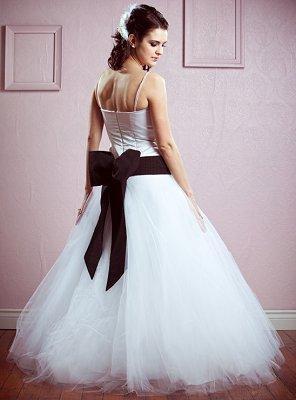 https://cf.ltkcdn.net/weddings/images/slide/106889-296x400-falldress6.jpg