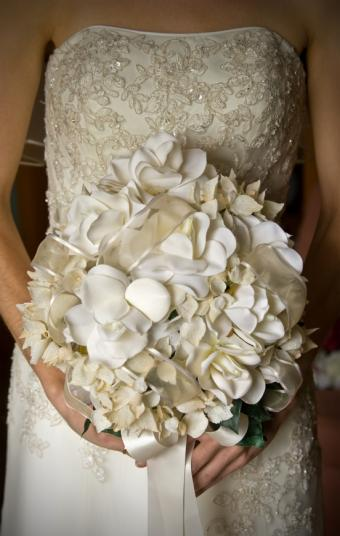 https://cf.ltkcdn.net/weddings/images/slide/106926-539x850-Bridal_Bouquet_Designs_Neutral.jpg