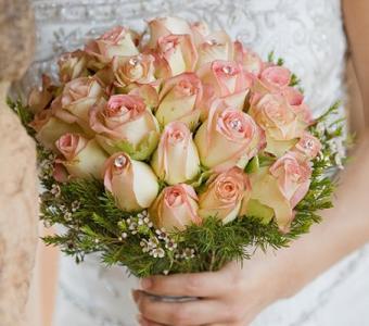 https://cf.ltkcdn.net/weddings/images/slide/106953-453x400-pinkbouquet6.jpg