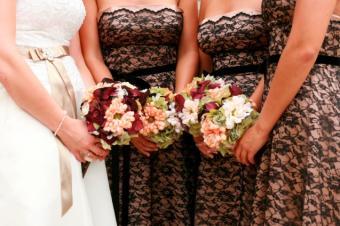 https://cf.ltkcdn.net/weddings/images/slide/106968-637x424-StraplessLaceDresses.jpg