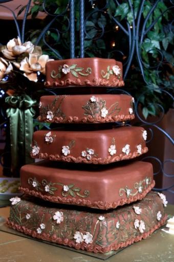 https://cf.ltkcdn.net/weddings/images/slide/106978-424x636r1-SquareChocolateCake.jpg