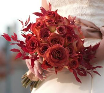 https://cf.ltkcdn.net/weddings/images/slide/107064-449x400-redbouquet4.jpg