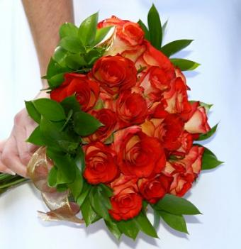 https://cf.ltkcdn.net/weddings/images/slide/107068-388x400-redbouquet9.jpg