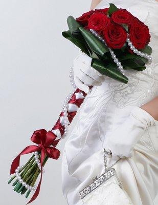 https://cf.ltkcdn.net/weddings/images/slide/107069-309x400-redbouquet1.jpg