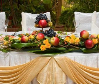 https://cf.ltkcdn.net/weddings/images/slide/113116-471x400-falldeco2.jpg