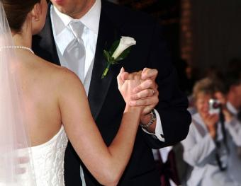 https://cf.ltkcdn.net/weddings/images/slide/128050-518x400-receptionact9.jpg