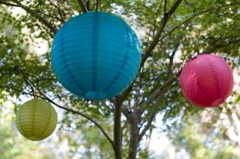 https://cf.ltkcdn.net/weddings/images/slide/131504-637x424r2-Hanging-Lanterns.jpg