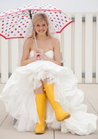 https://cf.ltkcdn.net/weddings/images/slide/135770-437x617r1-Bride-Rainboots.jpg