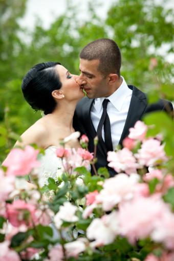 https://cf.ltkcdn.net/weddings/images/slide/141531-566x848r1-Flowers-Kissing.jpg