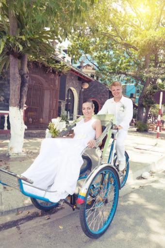 https://cf.ltkcdn.net/weddings/images/slide/141535-566x848r1-Biking-Couple.jpg