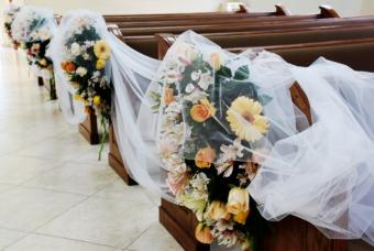 https://cf.ltkcdn.net/weddings/images/slide/143009-635x425r1-Church-Pew-Flowers1.jpg