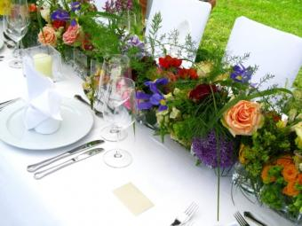 https://cf.ltkcdn.net/weddings/images/slide/143014-600x450-Flower-Table-Runner1.jpg