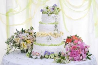 https://cf.ltkcdn.net/weddings/images/slide/143015-638x424r1-Wedding-Cake-Flowers1.jpg