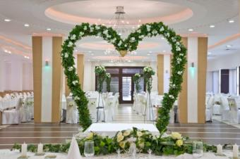https://cf.ltkcdn.net/weddings/images/slide/145320-637x424r1-HeartArch1.jpg