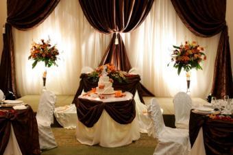 https://cf.ltkcdn.net/weddings/images/slide/145324-637x424r1-WeddingCakeTable6.jpg