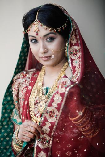 https://cf.ltkcdn.net/weddings/images/slide/150085-566x848r1-Red-Green-Gold-Sari.jpg
