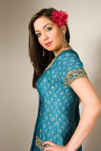 https://cf.ltkcdn.net/weddings/images/slide/150091-566x848r1-Blue-gold-Shalar-Chameez.jpg