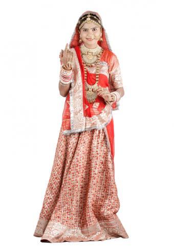 https://cf.ltkcdn.net/weddings/images/slide/150092-579x829r1-Red-traditional-dress.jpg