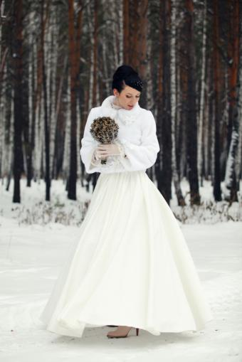 https://cf.ltkcdn.net/weddings/images/slide/158172-566x848r1-Winter-bride.jpg