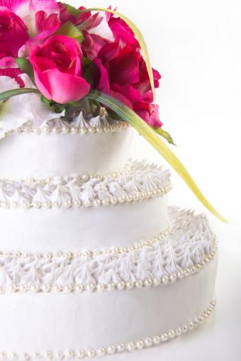https://cf.ltkcdn.net/weddings/images/slide/162336-566x848r1-SimplePearlCake.jpg