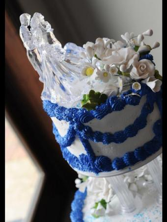 https://cf.ltkcdn.net/weddings/images/slide/162653-600x800-ColorfulBlueSwagCake_istock_new.jpg