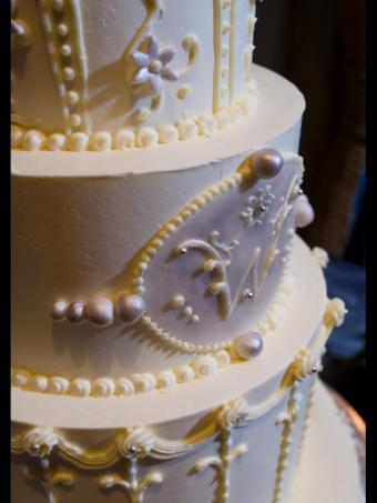 https://cf.ltkcdn.net/weddings/images/slide/162656-600x800-monogramcake_istock.jpg