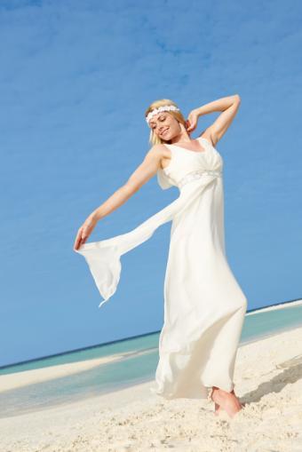 https://cf.ltkcdn.net/weddings/images/slide/169143-334x500-simple-dress.jpg