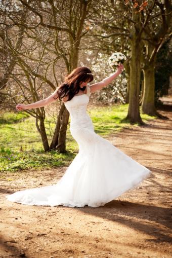 https://cf.ltkcdn.net/weddings/images/slide/173126-566x848-MermaidGown.jpg