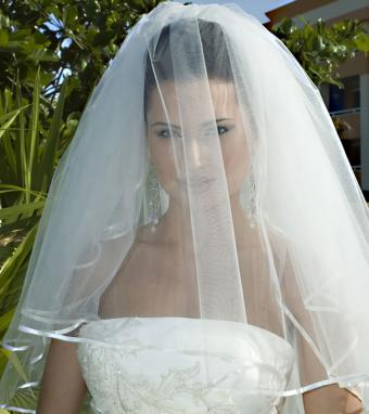 https://cf.ltkcdn.net/weddings/images/slide/176161-757x850-Wedding-Veil-Covering-Face.jpg
