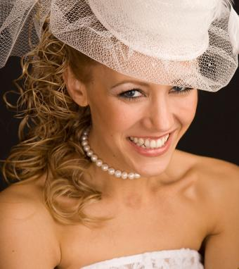 https://cf.ltkcdn.net/weddings/images/slide/176162-757x850-Wedding-Veil-on-Hat.jpg