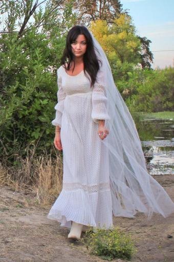 https://cf.ltkcdn.net/weddings/images/slide/180207-565x850-Sienna-gown-low-back-and-crochet-embellishment.jpg