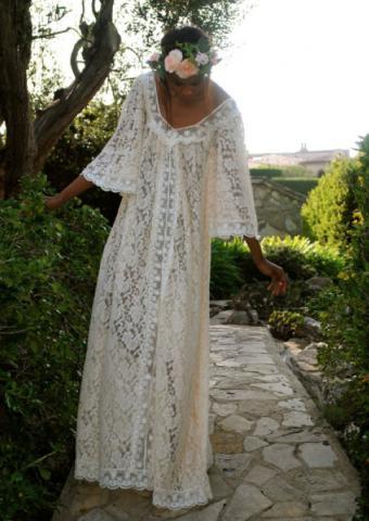 https://cf.ltkcdn.net/weddings/images/slide/180208-536x756-Annabel-Lace-Caftan-Dress.jpg