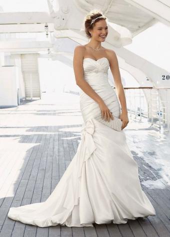 https://cf.ltkcdn.net/weddings/images/slide/190875-574x800-glamorous-mermaid.jpg