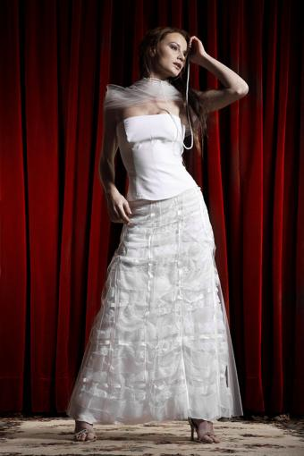 https://cf.ltkcdn.net/weddings/images/slide/191507-567x850-layered-lace-wedding-dress.jpg