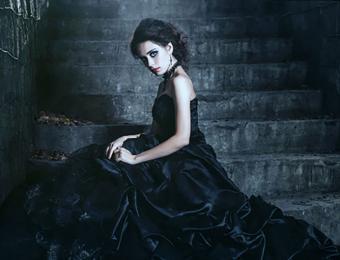 https://cf.ltkcdn.net/weddings/images/slide/194495-668x510-Brunette-wearing-black-dress.jpg