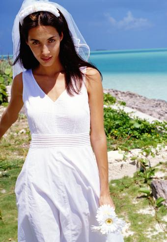 https://cf.ltkcdn.net/weddings/images/slide/197571-589x850-bridal15_beachcrop.jpg