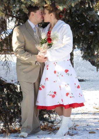 https://cf.ltkcdn.net/weddings/images/slide/197871-607x850-xmas10_informalcrop.jpg