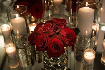 https://cf.ltkcdn.net/weddings/images/slide/226898-850x567-red-rose-centerpiece.jpg