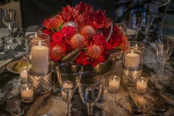 https://cf.ltkcdn.net/weddings/images/slide/226900-850x567-Rustic-Red-Florals-Centerpiece.jpg