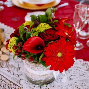 https://cf.ltkcdn.net/weddings/images/slide/226901-850x850-red-flower-centerpiece.jpg